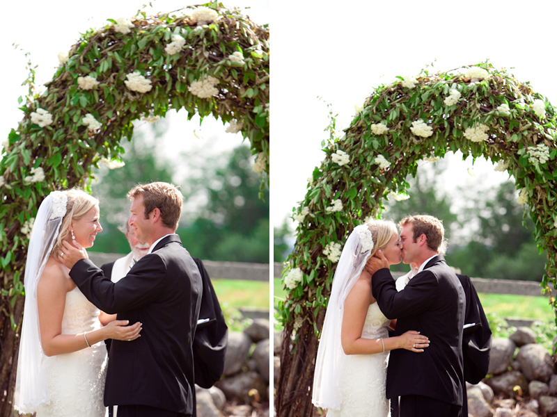 horsefarm_bride_groom_kiss